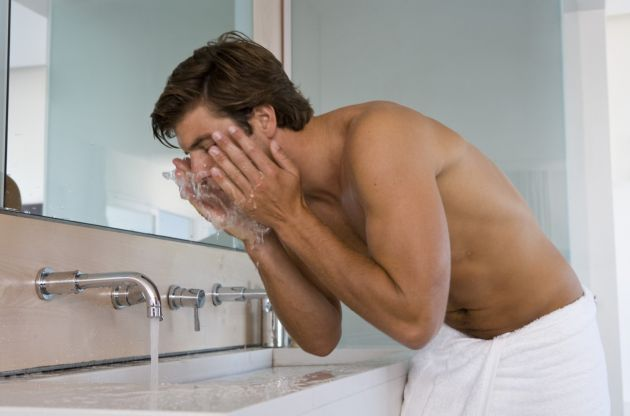 10 cuidados básicos para la piel de un hombre