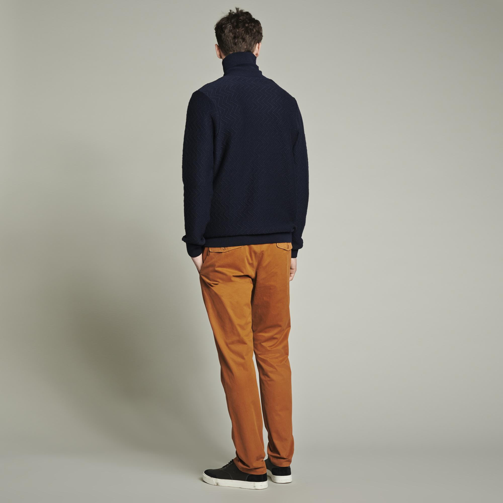 Look elegante con pantalones chinos
