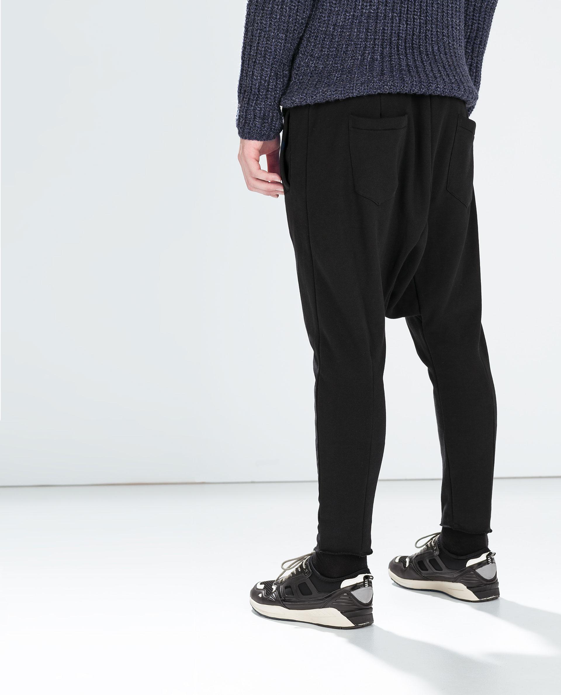 Pantalones baggy y zapatillas skaters negras