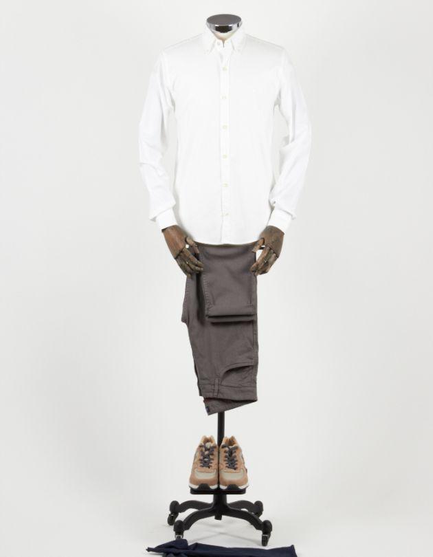Camisa blanca con pantalón informal marrón