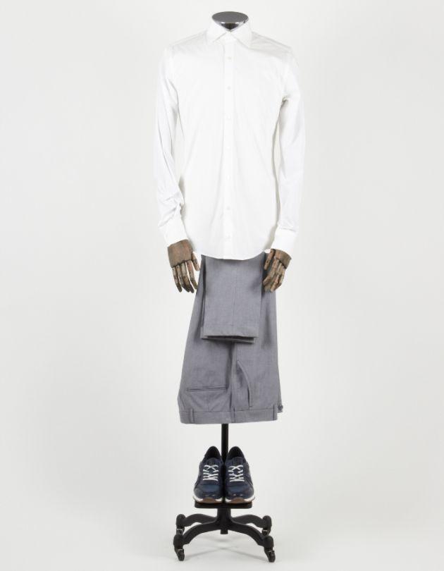 Camisa blanca con zapatillas casual de color azul