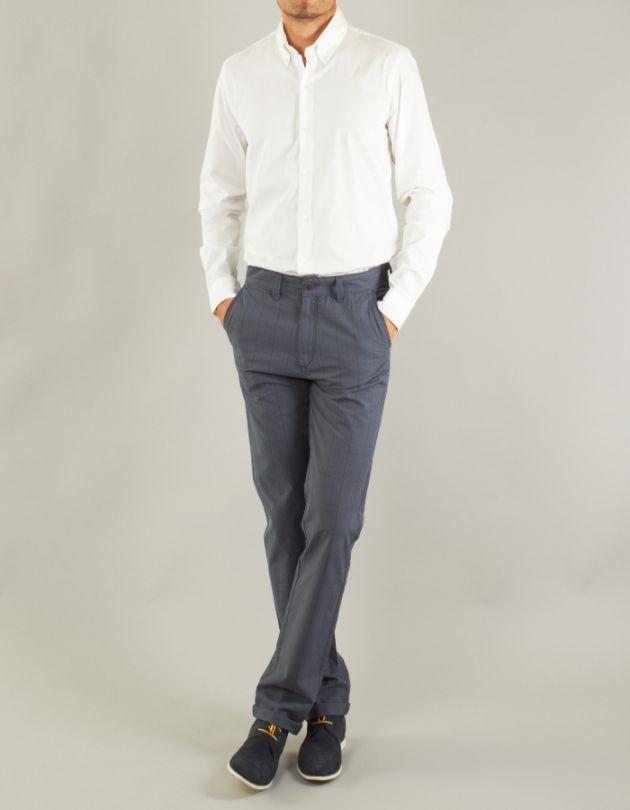Combinar camisa blanca con pantalones grises