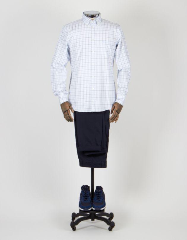 Combinar camisa blanca de cuadros con deportivas azules