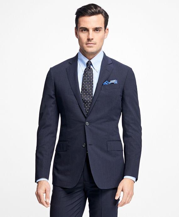 Es el traje más recomendable para todos los hombres que están invitados a un fiesta de boda. El traje de media etiqueta es aquel t raje de chaqueta, la puedes utilizar con pajarita o corbata, todo depende de tus gustos,la pajarita siempre se recomendará en una boda de tarde/noche.